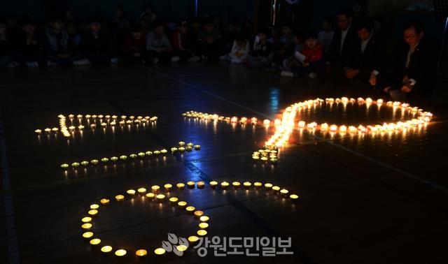 ▲ 잊지 않겠습니다 세월호 참사 4주기를 맞은 16일 춘천 호반초등학교 학생들이 세월호 희생자를 추모하는 촛불을 켜고 묵념하고 있다.  박상동