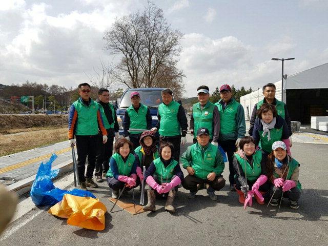 ▲ 평창 대관령면 주민들이 환경정화활동에 동참하며 평창동계올림픽의 완벽한 마무리에 나서고 있다.