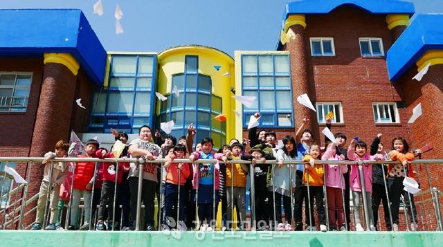 ▲ 양구 해안면에 있는 해안초등학교 학생들이 평화를 기원하며 종이 비행기를 날리고 있다.  방병호