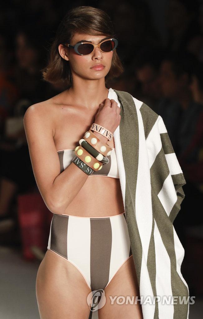 ▲ 24일(현지시간) 패션위크가 열리고 있는 브라질 상파울루에서 모델들이 살리나스 컬렉션의 수영복 의상을 선보이고 있다.