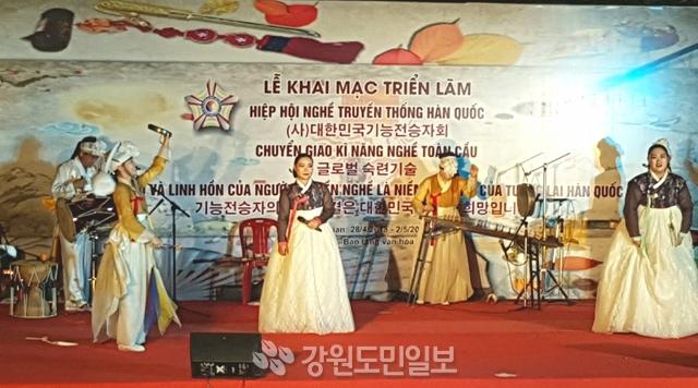 ▲ 정선군립아리랑예술단 베트남공연단이 28일 오후 베트남 후에문화박물관 특별무대에서 공연을 펼치고 있다.  박창현