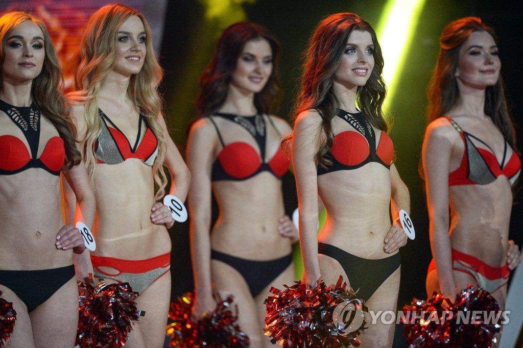Contestants pose in bikini swimsuits during the Miss Belarus 2018 beauty contest in Minsk on May 4, 2018. / AFP PHOTO / MAXIM MALINOVSKY