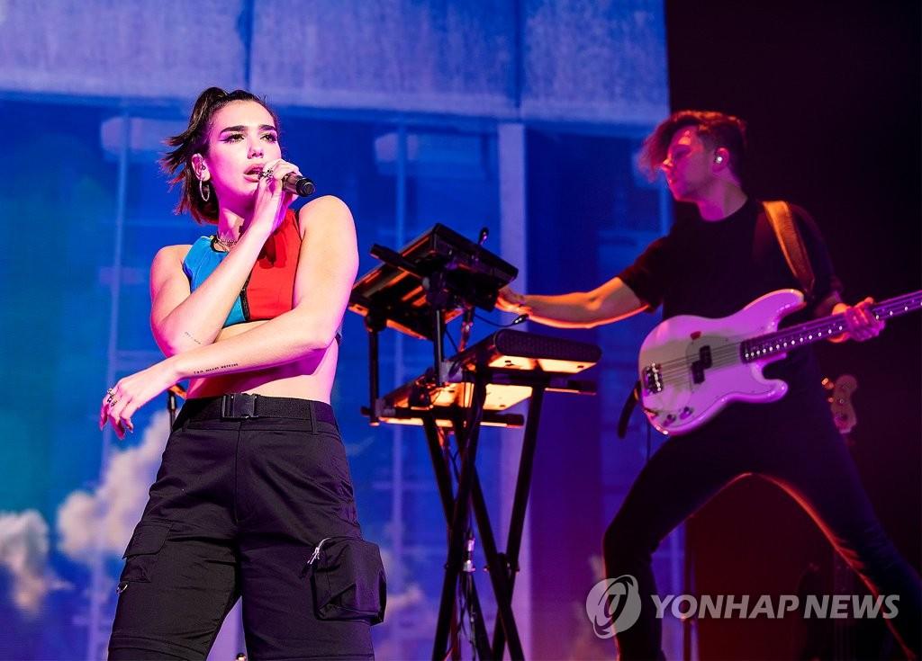 ▲ 영국 가수 두아 리파가 6일 서울 광진구 예스24라이브홀에서 첫 번째 내한 단독 콘서트를 열고 있다. 2018.5.6 [라이브네이션코리아 제공=연합뉴스]