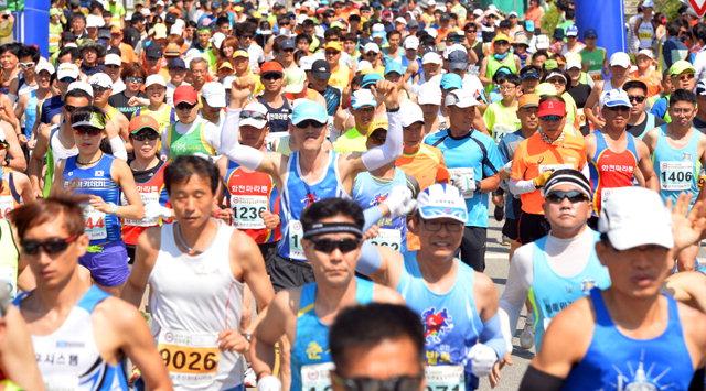 ▲ 제13회 산림청장배 푸른 숲길 달리기 대회가 19일 오전 10시 강촌 백양리 일원에서 열린다.사진은 지난해 대회 출발모습.