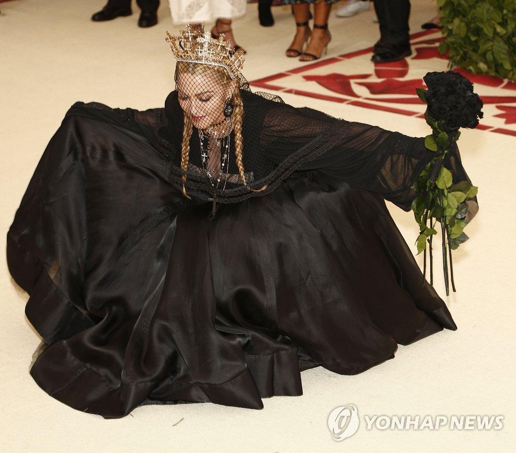 ▲ '블랙 상상력' (뉴욕 EPA=연합뉴스) 7일(현지시간) 미국 뉴욕의 메트로폴리탄 미술관에서 열린 '2018 멧 갈라'(MET Gala)에서 블랙 드레스를 입은 마돈나가 포즈를 취하고 있다. 이번 '멧 갈라'의 주제는 '천상의 몸: 패션과 가톨릭의 상상력'이며 함께 진행되는 전시회는 오는 10일부터 10월 8일까지 열린다.