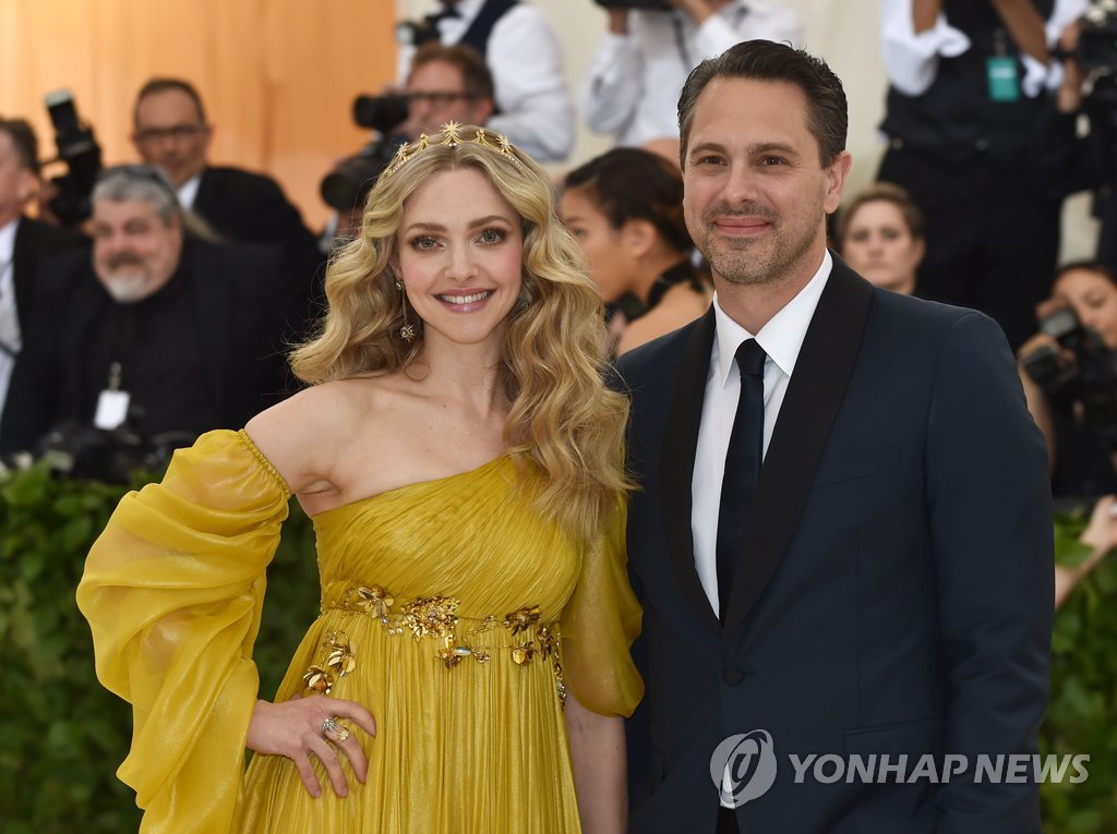 ▲ Amanda Seyfried and Thomas Sadoski arrive for the 2018 Met Gala on May 7, 2018, at the Metropolitan Museum of Art in New York. The Gala raises money for the Metropolitan Museum of Art?s Costume Institute. The Gala's 2018 theme is ?Heavenly Bodies: Fashion and the Catholic Imagination.? / AFP PHOTO / Hector RETAMAL