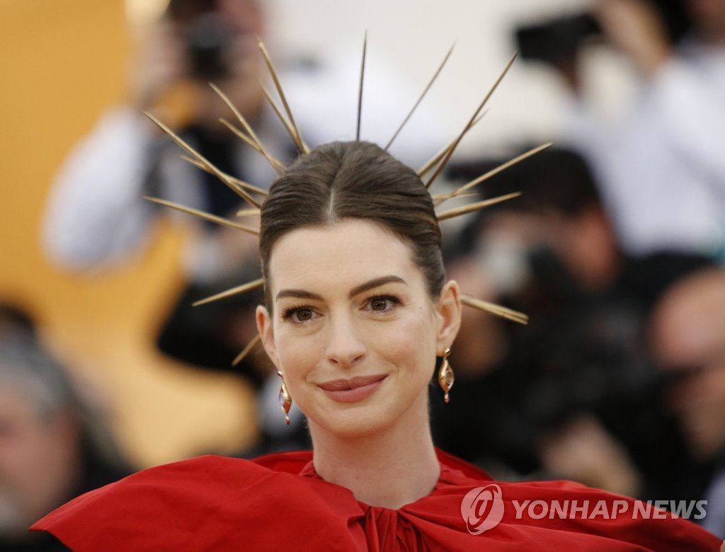 "▲ Actress Anne Hathaway arrives at the Metropolitan Museum of Art Costume Institute Gala (Met Gala) to celebrate the opening of ""Heavenly Bodies: Fashion and the Catholic Imagination"" in the Manhattan borough of New York, U.S., May 7, 2018. REUTERS/Eduardo Munoz"