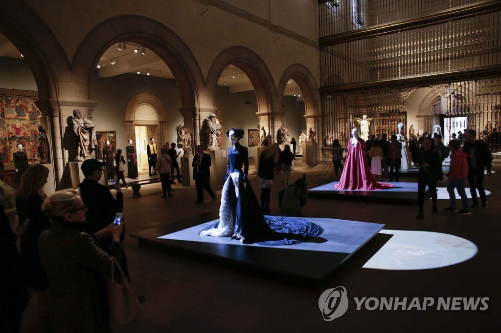 "▲ Members of the media attend the Press Preview for the fashion exhibition ""Heavenly Bodies: Fashion and the Catholic Imagination"" at The Metropolitan Museum of art on May 7, 2018 in New York / AFP PHOTO / KENA BETANCUR"