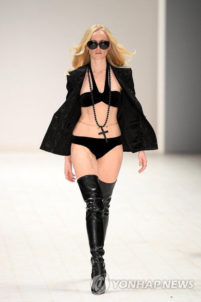▲ 15일(현지시간) 호주 시드니에서 열린 메르세데스 벤츠 패션 위크에서 모델들이 수영복을 선보이고 있다. 이번 패션 위크는 오는 17일까지 열린다.