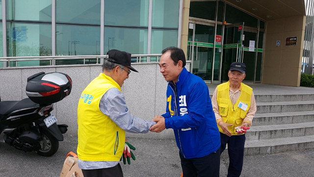 ▲ 최욱철(민주당) 시장 후보가 15일 올림픽파크에서 어르신들과 악수를 나누며 지지를 호소하고 있다.