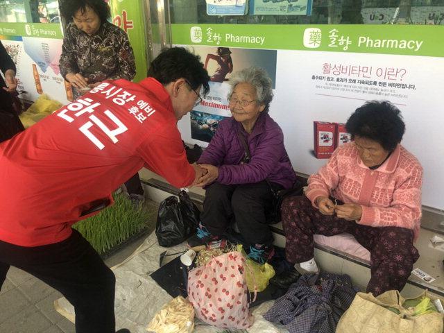 ▲ 김한근(한국당) 시장 후보가 15일 중앙시장을 방문,상인들과 인사를 나누며 지지를 호소하고 있다.