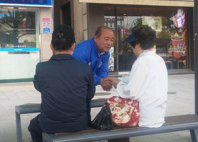 ▲ 안승호(민주당) 후보가 16일 천곡동 일대에서 지역 주민들을 만나 지지를 호소하고 있다.