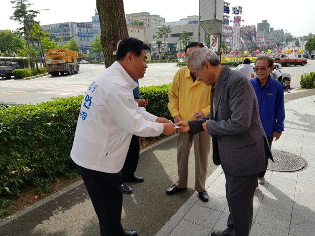 ▲ 심규언(무소속) 후보가 16일 삼화동 일대 주민들을 만나 선거용 명함을 건네고 있다.