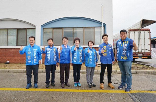▲ 더불어민주당 원주갑 지역위원회(위원장 권성중)는 17일 우산동 삼양식품에서 갑지역구 출마자들과 함께 6·13지선 승리를 위한 합동유세를 했다.