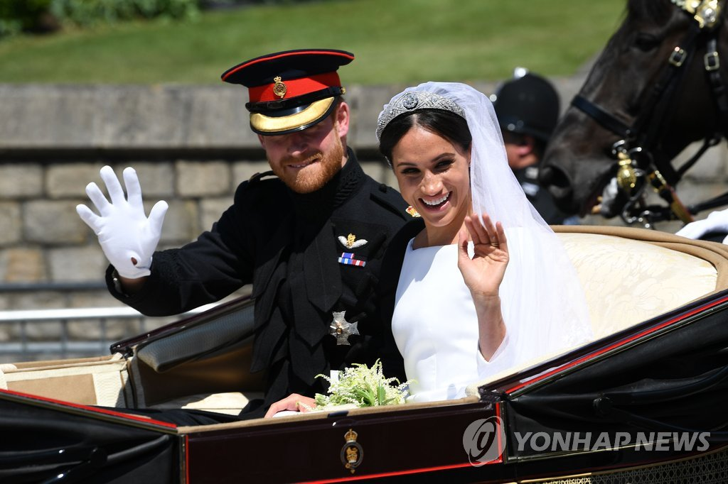 ▲ Prince Harry and his wife Meghan Markle wave to the crowd as they ride a horse-drawn carriage after their wedding ceremony at St George's Chapel in Windsor, Britain, May 19, 2018. REUTERS/Marko Djurica