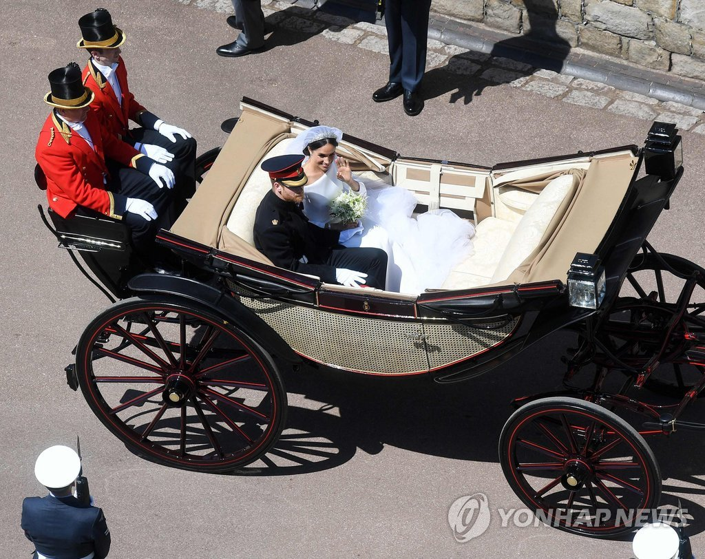 ▲ Britain's Prince Harry, Duke of Sussex and his wife Meghan, Duchess of Sussex begin their carriage procession in the Ascot Landau Carriage after their wedding ceremony at St George's Chapel, Windsor Castle, in Windsor, on May 19, 2018. / AFP PHOTO / POOL / Victoria Jones