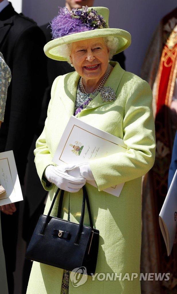 ▲ Britain's Queen Elizabeth II smiles in the sunshine as she leaves after attending the wedding ceremony of Britain's Prince Harry, Duke of Sussex and US actress Meghan Markle at St George's Chapel, Windsor Castle, in Windsor, on May 19, 2018. / AFP PHOTO / POOL / Alastair GRANT