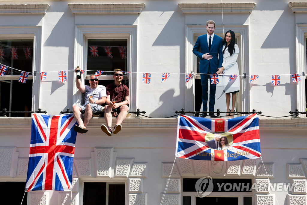 ▲ epaselect epa06749622 Royal fans after watching the carriage procession, following the royal wedding ceremony of Britain's Prince Harry and Meghan Markle in St George's Chapel at Windsor Castle, in Windsor, Britain, 19 May 2018. The couple have been bestowed the royal titles of Duke and Duchess of Sussex on them by the British monarch. EPA/TOM NICHOLSON