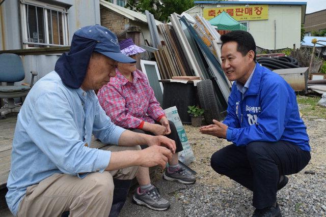 ▲ 허필홍(민주당) 홍천군수 예비후보가 20일 홍천읍 연봉리에서 유권자와 만나 이야기를 나누고 있다.