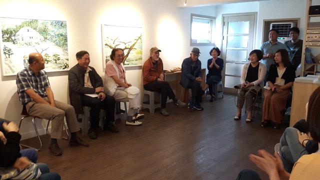 ▲ '황효창(사진 왼쪽 세번째) 서양화가와 함께하는 아티스트 토크'가 지난 2일 춘천 명동집에서 신학철(사진 왼쪽 두번째),장경호 작가 등이 참석한 가운데 진행됐다.