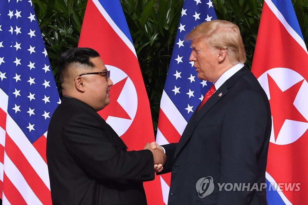 """▲ 12일 싱가포르 센토사섬 카펠라 호텔의 역사적인 북미 정상회담장에 도착한, 도널드 트럼프 미국 대통령과 김정은 북한 국무위원장이 회담에 앞서 악수하고 있다. 트럼프 대통령은 모두 발언에서 오늘 회담이 열리게 돼 """"무한한 영광""""이라며 """"좋은 대화가 있을 것이다. 북한과 매우 훌륭한 관계를 맺을 것으로 생각한다""""고 말했다."""