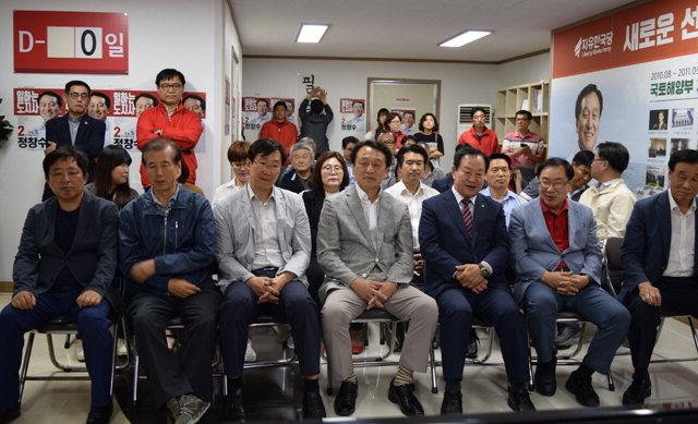 ▲ 침묵 정창수 자유한국당 강원도지사 후보와 자유한국당 관계자들이 선거캠프에서 방송 3사의 출구조사 결과를 지켜보고 있다.
