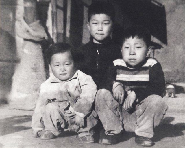 ▲ 어린시절 친구, 동네 형과 함께 있는 민병희(사진 오른쪽) 당선자. 강변 마을에서 자연의 지혜를 배우고 이웃과 정을 나누며 자랐다.
