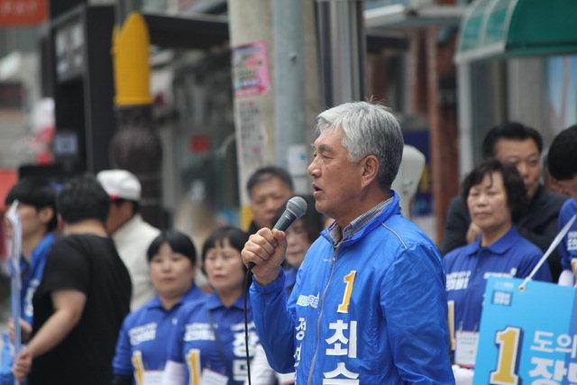 ▲ 6·13지선 정선군수 선거에서 당선된 더불어민주당 최승준 후보가 유세를 하고 있다.
