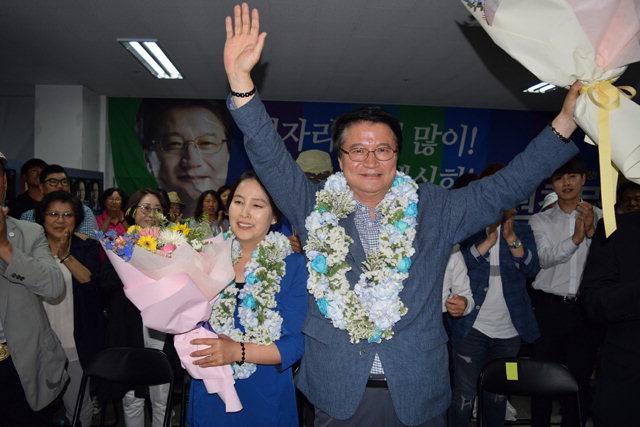 ▲ 원창묵 원주시장 당선자가 13일 선거캠프에서 당선이 확정되자 손을 들어 환호하고 있다.