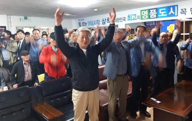 ▲ 김양호 삼척시장 후보가 선거 개표결과,당선이 확정되자 손을들어 인사하고 있다.