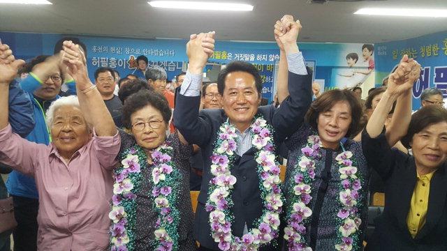 ▲ 허필홍 홍천군수 후보가 13일 선거 사무실에서 당선이 확정되자 지지자들과 환호하고 있다.