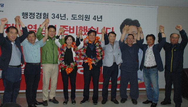 ▲ 최명서 영월군수 후보가 6·13지선에서 당선이 확정된 후 지지자들과 함께 기뻐하고 있다.