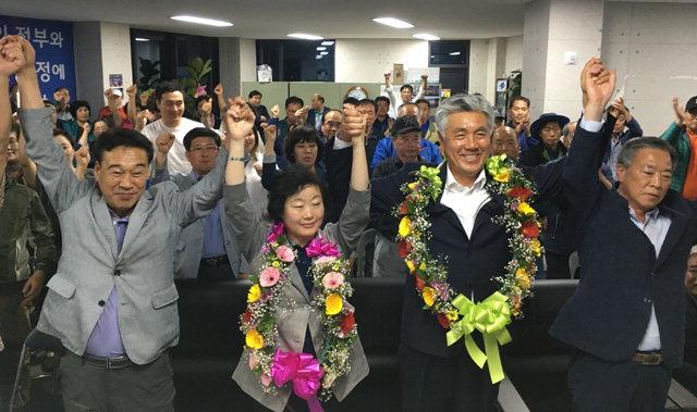 ▲ 최승준 정선군수 당선자가 13일 오후 선거캠프에서 지지자들과 환호하고 있다.
