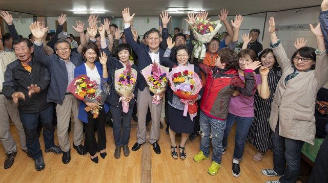 ▲ 고성군수 선거에서 당선된 더불어민주당 이경일 후보가 당선이 확정된 후 지지자들과 함께 환호하고 있다.