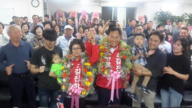 ▲ 자유한국당 김진하 양양군수 당선자가 가족,지지자들과 함께 환호하고 있다.