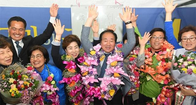 ▲ 6·13 지방선거에서 평창군수에 선출된 더불어민주당 한왕기 후보가 당선이 확정되자 손을 들어 환호하고 있다.