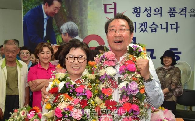 ▲ 한규호 횡성군수당선자가 13일밤 당선이 확정되자 부인 박수영씨와 함께 기뻐하고 있다.