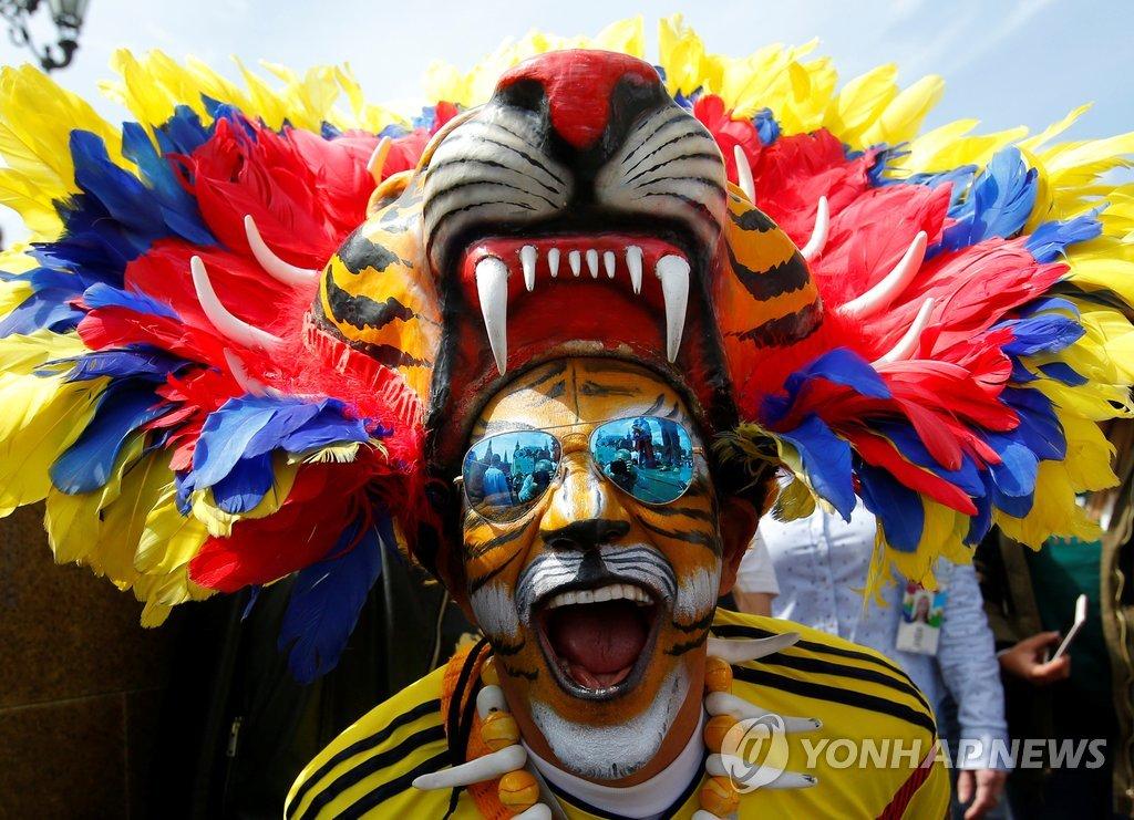 ▲ 2018 러시아월드컵 개막일인 14일(현지시간) 모스크바 시내에서 콜롬비아 대표팀 지지자가 기괴한 차림과 모습으로 이목을 끌고 있다.