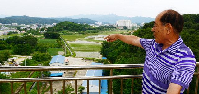 ▲ 동해 북부선 옛 양양역 터를 인근 아파트 주민이 가리키고 있다.