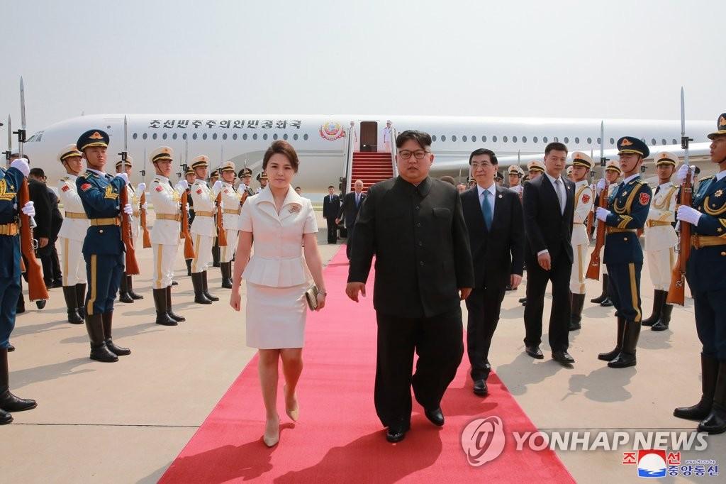 ▲ 북한 김정은 국무위원장과 부인 리설주 여사가 19일 전용기인 '참매1호'를 타고 중국 공항에 도착, 의장대를 사열하고 있다. 2018.6.20