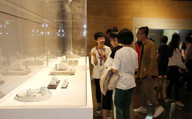 ▲ 양구 '백자의 여름'전시회에 많은 관람객들이 찾아 작품을 둘러보고 있다.