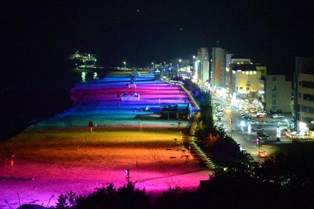▲ 삼척해수욕장 백사장 500m에 무지개빛 야간경관조명이 설치,로맨틱한 분위기를 연출하고 있다.