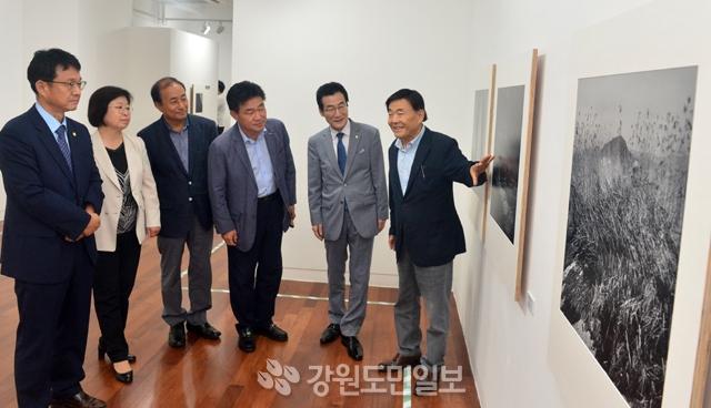 ▲ 심상만 사진가의 열두번째 개인전이 11일 오후 KT&G 상상마당 춘천아트갤러리에서 열렸다. 서영