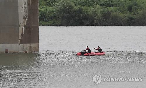 ▲ 스튜디오 실장 수색작업하는 소방대원[연합뉴스 자료사진]