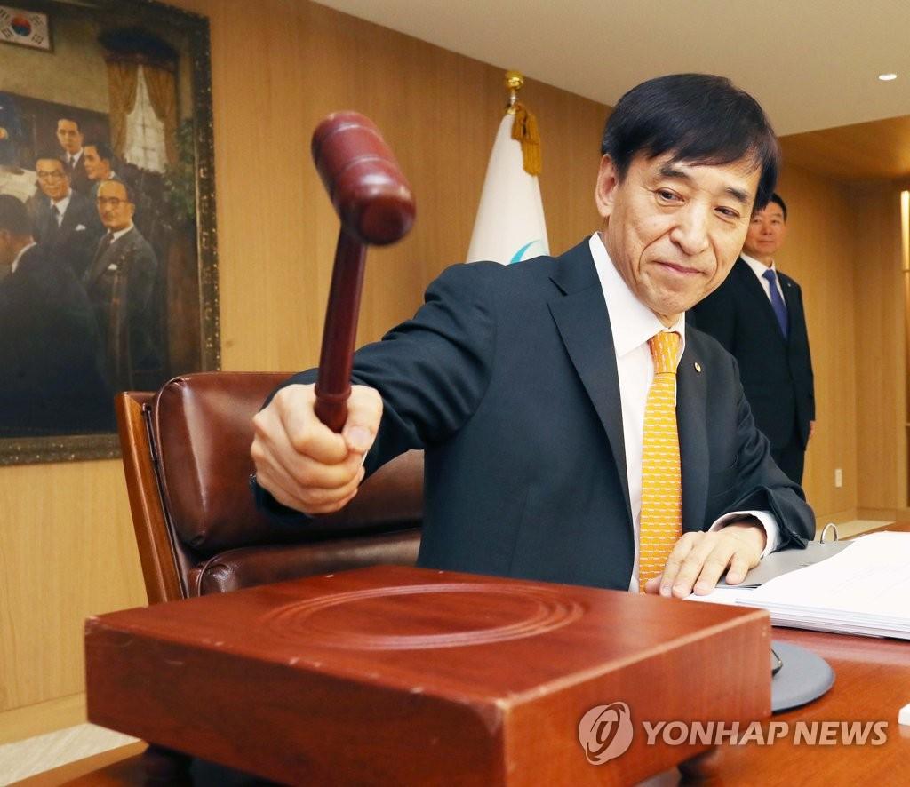 ▲ 지난 5월 금통위에서 의사봉 두드리는 이주열 총재