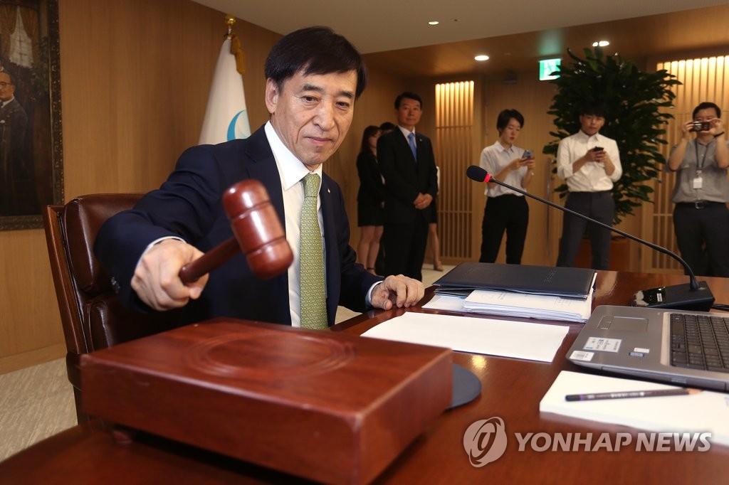 ▲ 이주열 한국은행 총재가 12일 오전 서울 중구 한국은행에서 금융통화위원회를 개의하고 있다.