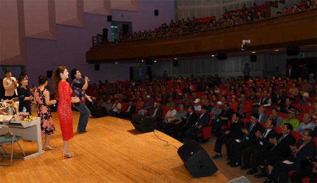 ▲ 제2회 통일안보 토크콘서트가 지난 11일 밤 화천문화예술회관에서 탈북 예술인들과 최문순 군수,신금철 군의장,주민 등이 참석한 가운데 열렸다.