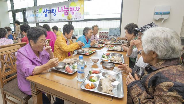 ▲ 고성군노인복지관(관장 안승훈)은 12일 복지관에서 '초복맞이 건강한 여름나기 삼계탕 나눔 행사'를 했다.