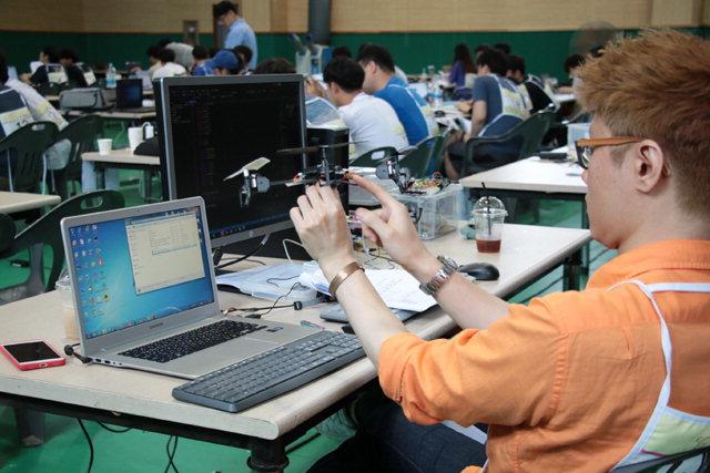 ▲ 제1회 한국폴리텍대학 'Drone-B Harmonic Control 경진대회'가 12일 춘천캠퍼스에서 열린 가운데 참가자들이 과제를 수행하고 있다.