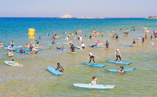 ▲ 고성 삼포해변 서핑축제 릫미드나잇 피크닉 페스티벌릮이 지난 13일부터 15일 까지 삼포해수욕장 일원에서 서핑족과 관광객 등이 참여한 가운데 개최됐다.